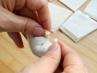 石蛤蟆水饺(博山水饺的包法),把上面的两个角叠捏在一块。