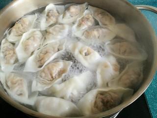石蛤蟆水饺(博山水饺的包法),煮饺子:由于这种饺子比一般的饺子皮要薄,煮的时间不要太长。煮锅水开后,加入一小勺盐(防沾),放入饺子,煮到饺子浮上来时,加入一小碗凉水,等到饺子再浮上来时差不多就熟了。
