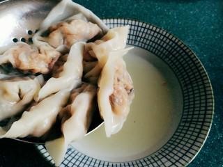 石蛤蟆水饺(博山水饺的包法),要是把饺子浸入提前煮好的骨汤或鸡汤中,就可以当馄饨吃。