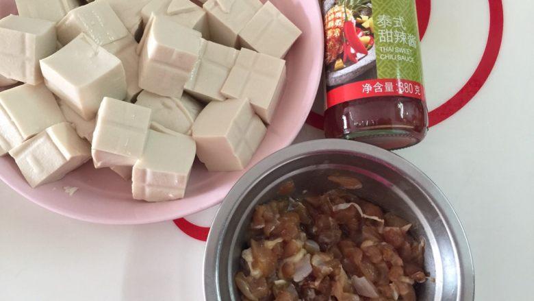 吃豆腐+酸辣腐方鸡丁,材料都准备好,我们开始做菜