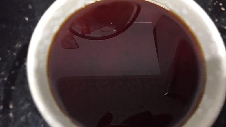 吃豆腐+酸辣腐方鸡丁,先做好酸辣酱汁,用一小碗,倒入酸辣酱、酱油