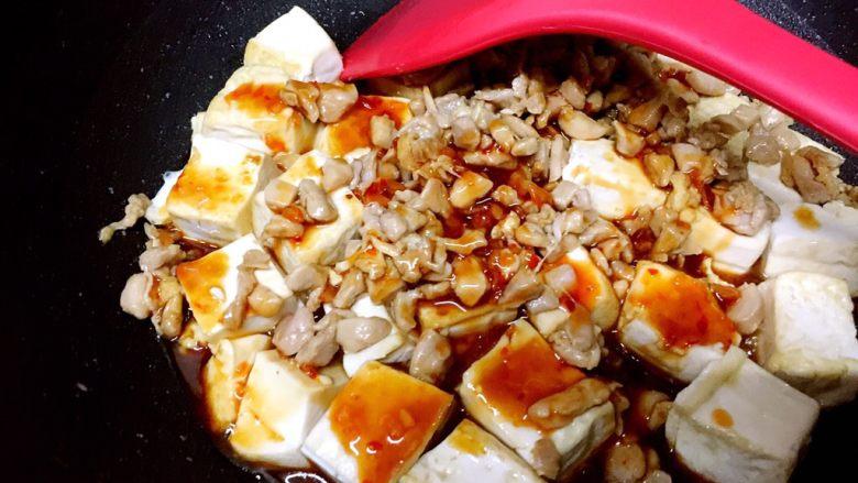 吃豆腐+酸辣腐方鸡丁,均匀地倒入酸辣酱汁