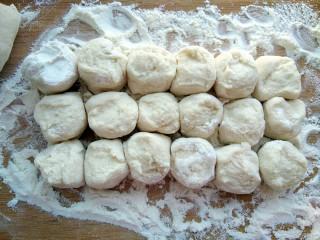 白菜羊肉馅蒸饺,饧好的面揪成剂子,断面朝上,紧放一起