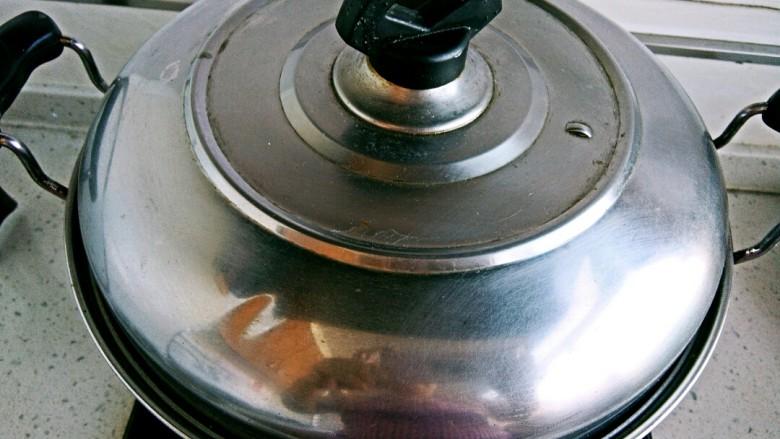 白菜羊肉馅蒸饺,盖锅蒸10分钟,装盘即可。