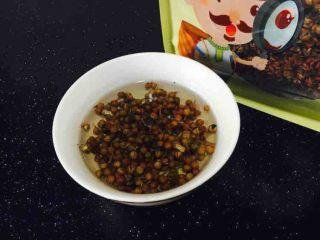 #咸味# 西葫芦羊肉水饺,花椒水 花椒水和羊肉馅是绝配,在和馅之前一定要泡好花椒水。取6g左右的花椒,放入适量的开水泡上,晾凉才能使用。 我用的是陕西富平花椒,也叫荠椒,它能起到增香提鲜,去腥除味的作用。