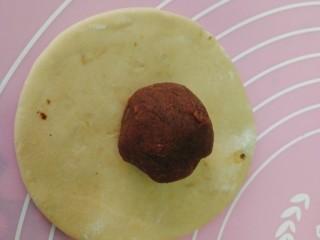 #甜味#仿真土豆--豆沙包,豆沙馅搓圆,放在擀好的面皮上
