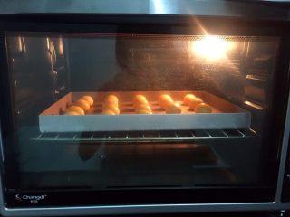 麻薯包,放入预热好的烤箱,上下火150度,中层15-20分钟,烤至表面上色即可