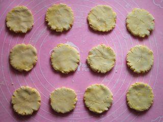 香煎南瓜饼,用手掌将小圆球按扁。