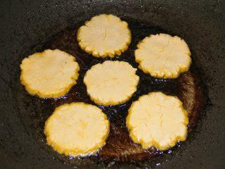 香煎南瓜饼,将南瓜饼放入开煎。