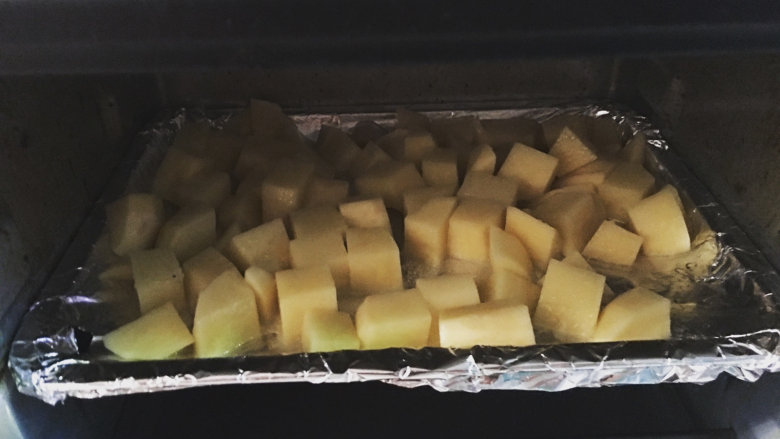 越吃越瘦的杂蔬菜撸串,烤盘入烤箱,200度烤12分钟左右;