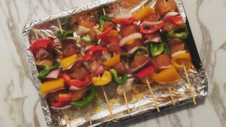 越吃越瘦的杂蔬菜撸串,把烤好的土豆取出装盘,同时将杂蔬串整齐的码放在烤盘中,入烤箱200度烤15分钟后取出翻面,再烤10分钟即可;