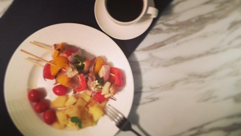 越吃越瘦的杂蔬菜撸串,出炉进行摆盘;