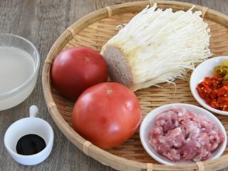 金针菇好吃又简单的做法,超级下饭哦!,金针菇 350g、番茄 2个、肉末 80g 红泡椒 15g、黄泡椒 15g、高汤 300g 姜末 15g、蒜末 15g、老抽 1g、盐 1.