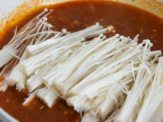 金针菇好吃又简单的做法,超级下饭哦!,拔匀后倒入金针菇,关盖小火煮5分钟