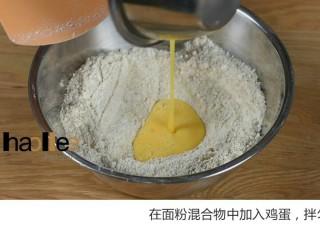 红枣司康,在面粉混合物中加入鸡蛋,拌匀