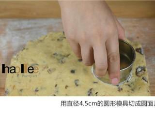 红枣司康,用直径4.5cm的圆形模具切成圆片