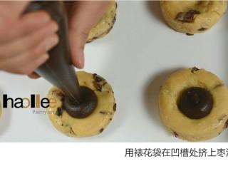 红枣司康,用裱花袋在凹槽处挤上枣呢