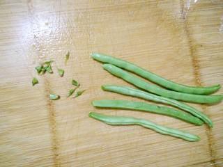 小炒四季豆,把四季豆洗净,摘去头尾