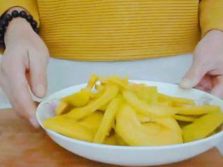 #甜味#糯米南瓜球,切好的南瓜放进耐高温盘子中,烧开一锅热水