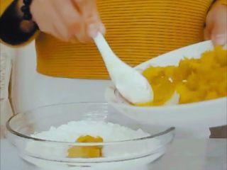 #甜味#糯米南瓜球,加入南瓜泥,和糯米粉拌成颗粒状后揉成面团