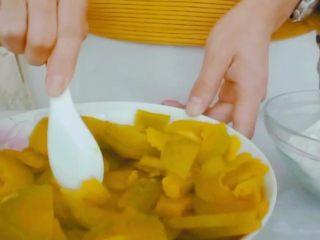 #甜味#糯米南瓜球,趁热拌入蜂蜜,白糖也可以替代。拌匀后捣碎成泥