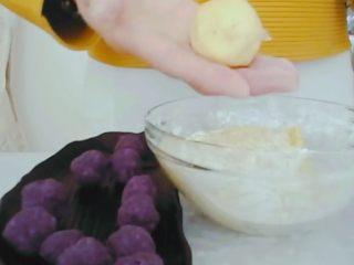 #甜味#糯米南瓜球,包圆一些。事先手沾一些糯米粉防粘。