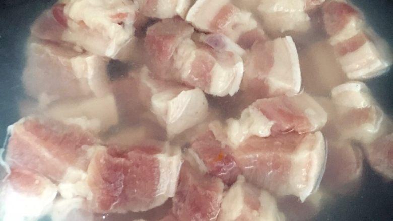 笋干焖五花肉,<a style='color:red;display:inline-block;' href='/shicai/ 428'>五花肉</a>切块,冷水下锅煮开,撇去浮沫。