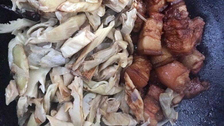 笋干焖五花肉,接受把笋干加入五花肉中。