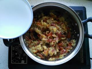 枣泥酱心金瓜球,压碎的大枣倒入煮锅,倒入半碗清水中火煮开转小火