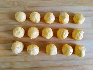 枣泥酱心金瓜球,均分15等份,大约每个25克(同时可以预热烤箱180度)