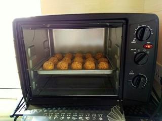 枣泥酱心金瓜球,放入预热好的烤箱,中层,180度25分钟
