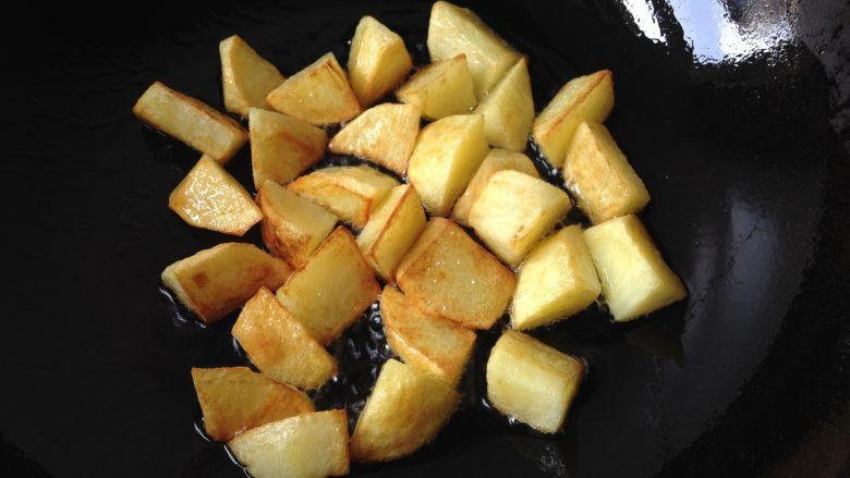 地三鲜,锅中倒入少量油,将土豆块煎至金黄捞出