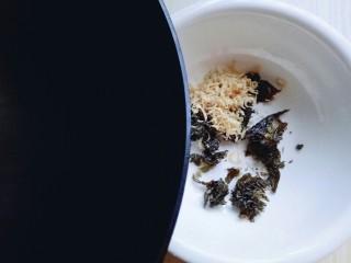 #咸味#紫菜虾皮鲜肉小馄饨,虾皮用温水冲洗,淋干水份。再将烧沸的水倒入器具中。