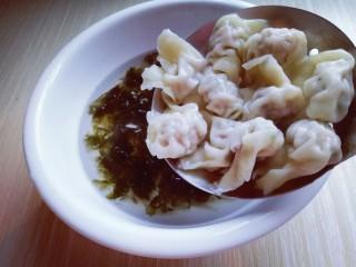 #咸味#紫菜虾皮鲜肉小馄饨,煮熟的小馄饨捞出放入紫菜虾皮的器具中。