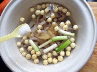 #咸味# 健脾开胃的猪肚莲子汤,加适量盐。