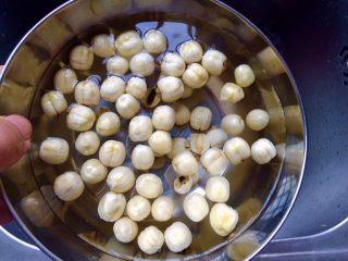 #咸味# 健脾开胃的猪肚莲子汤,莲子洗干净。