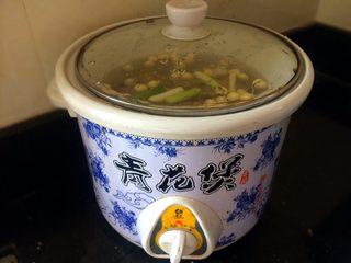 #咸味# 健脾开胃的猪肚莲子汤,盖上锅盖,煲2个小时左右就熟了。