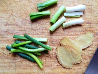 #咸味# 健脾开胃的猪肚莲子汤,姜,蒜苗切好。