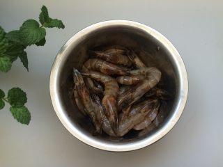 黑椒干锅虾,拌均匀,腌制20分钟