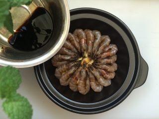 黑椒干锅虾,余下的腌虾料汁撒在上面