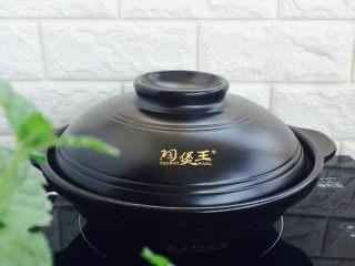 黑椒干锅虾,大火烧开后,改小火10分钟