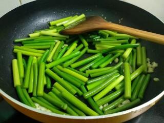 蒜苔炒鸡蛋,倒入蒜苔快速翻炒均匀。