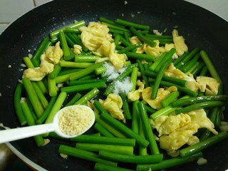 蒜苔炒鸡蛋,加入1勺鸡精。