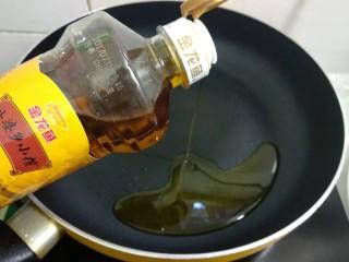 蒜苔炒鸡蛋,热锅倒入适量菜籽油烧七成热。