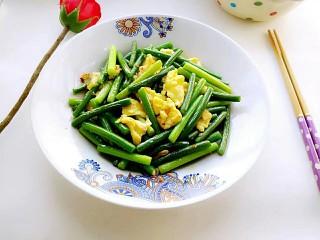 蒜苔炒鸡蛋,盛入餐盘。