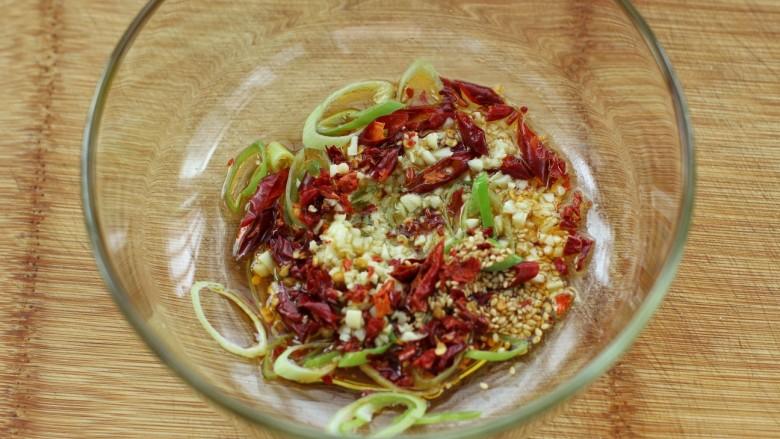菠菜陈醋花生米,加热锅中炸花生米后的食用油,浇倒在所有食材上榨出香味