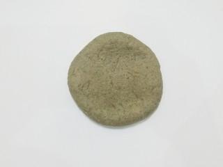 红糖黑芝麻叶子软欧,取一份醒好的小面团,擀成厚点的圆面皮;