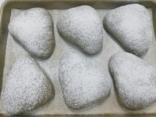 红糖黑芝麻叶子软欧,发酵好的面包胚先用网筛筛上一层面粉;