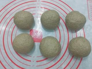 红糖黑芝麻叶子软欧,将发酵好的面团取出挤压排气,分成均匀的6等份滚圆,盖保鲜膜醒发15分钟左右;
