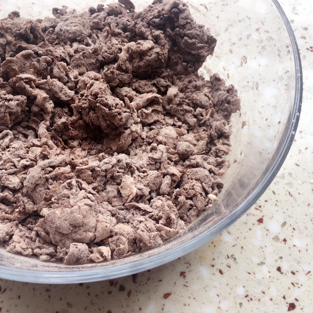 可可麻薯软欧包,少量多次加入清水拌成棉絮状</p> <p>和成稍微湿润的面团</p> <p>PS:面粉吸水性略有不同,清水可分多次加入,切不可一次性全部加入,以免面团过湿